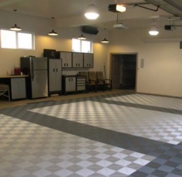 [:en]Garage-with-silver-and-dark-grey-Ribtrax-tiles[:]